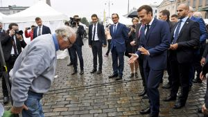 Emmanuel Macron kauppatorilla.