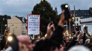 Mielenosoittajat kokoontuivat torstaina Chemnitzin jalkapallostadionin tuntumaan oikeistolaisen Pro Chemnitz -ryhmän koolle kutsumaan protestiin.