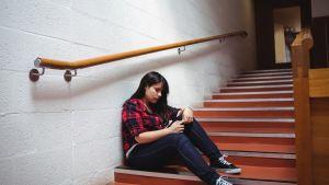 yksinäinen nuori portaikossa