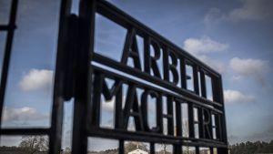 Sachsenhausenin keskitysleirin portti, jossa lukee Arbeit macht frei.