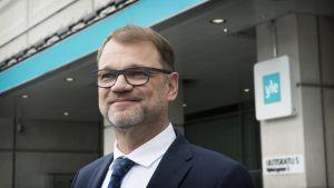 Juha Sipilä Ylen Mediatalon edessä.