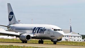 Utairin Boeing 737 Latviassa Riian kentällä elokuussa.