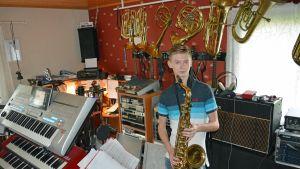 18-vuotias Rami Loukola hallitsee noin 30 instrumenttia. Pianoa lukuunottamatta hän on opiskellut soittimet itse.