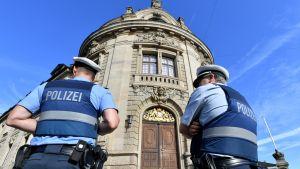 Poliisi vartioi oikeustalon edustalla Landaussa
