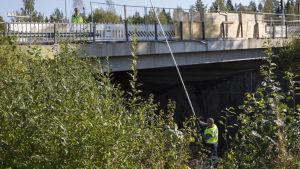 Poliisit tutkivat Kuopion bussiturman tapahtumapaikkaa.