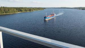 Rahtilaiva lähestyy Jännevirran siltaa.