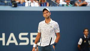 Novak Djokovic seisoo kentällä.