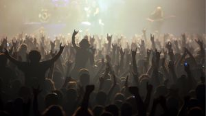 Yleisöä esiintymislavan edessä.