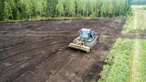 Työkone raivaa peltoa ilmakuva