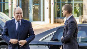 Monacon ruhtinas Albert II nousee autostaan Oulun vierailullaan syksyllä 2018.