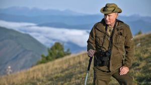 Putin poseeraa vuorella.