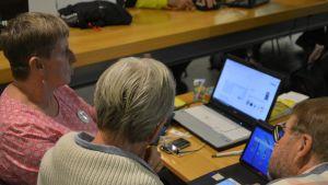 Digitaalisia palveluja ikäihmisille esitteli Kirsti Lehtinen.