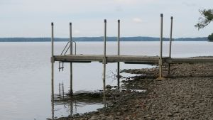 Pyhäjärven rannalla laituri matalassa vedessä