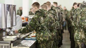 Varusmiehiä ottamassa ruokaa linjastolla.