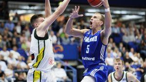 Suomen Alex Murphy näyttää koristaitojaan Liettuan Marek Blazevicille.