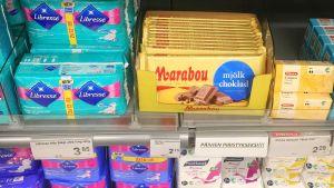 Kuukautissuojia ja suklaata lahtelaisessa elintarvikeliikkeessä.
