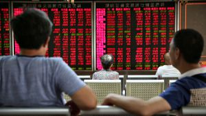 Kiinalaiset sijoittajat katsovat pörssitauluja pekingissä.