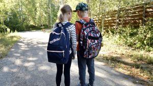 Koululaiset koulumatkalla Espoossa 8. elokuuta 2018. Tilanne on lavastettu.