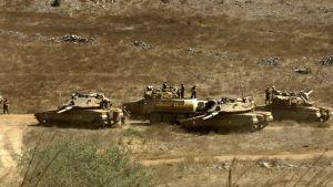 Israelin sotilaita ja panssarivaunuja Golanin kukkuloilla.