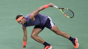 Rafael Nadal nojaa käteensä.