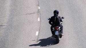Mopoilija maantiellä.