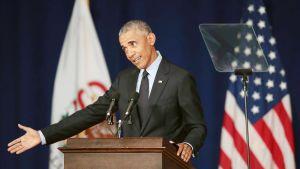 Barack Obama puhuu Illinois'n yliopiston opiskelijoille.
