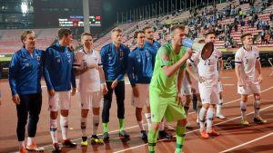 Lukas Hradecky ja kumppanit kuvassa