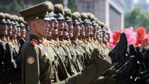 Sotilaat marssivat juhlaparaatissa Pjongjangissa.