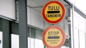 Liikennemerkkejä Vaalimaan raja-asemalla.