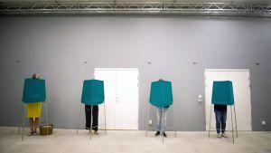 Äänestäjiä äänestyskopeissa Tukholmassa.