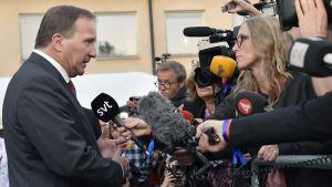 Stefan Löfven puhuu medialle matkalla vaalivalvojaisiin Tukholmassa.