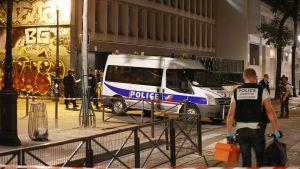 Poliisit tutkivat rikospaikkaa Pariisissa.