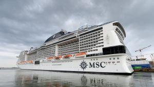 Yksi maailman suurimmista risteilyaluksista, MSC Meraviglia. Yksi maailman suurimmista risteilyaluksista, MSC Meraviglia, laiturissa Jätkäsaaressa Helsingissä 10. syyskuuta 2018. Laiva on 315 metriä pitkä, 43 metriä leveän ja 65 metriä korkea.