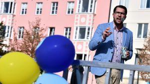 Ruotsidemokraattien johtaja Jimmie Åkesson kampanjoi Malmössä, etualalla puolueen ilmapalloja kiinnitettynä kaiteeseen