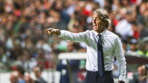 Italian päävalmentaja Roberto Mancini viittoilee kentän laidalla.