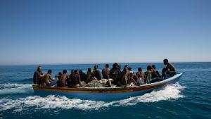 Merestä pelastettuja siirtolaisia Libyan edustalla.