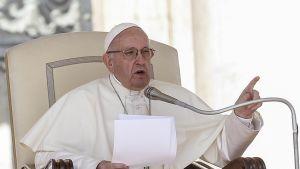 Katolisen kirkon nykyinen paavi Franciscus istuu virkatuolissaan ja puhuu.