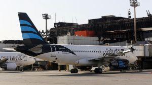 Tripolin lentokenttä Libyassa, edessä suuri matkustajakone.