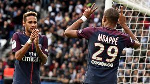 Kylian Mbappé ja Neymar juhlivat maalia PSG - Girondins Bordeaux -ottelussa.