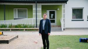 Siirrettäviä tiloja vuokraavan ja rakentavan yrityksen Parmaco Oy:n toimitusjohtaja Ossi Alastalo Vantaalla sijaitsevan siirrettävän päiväkodin pihassa.