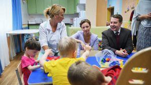 Valtuutetut kehitysvammaisten lasten hoitokodissa Pietarissa.