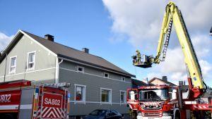 Pelastuslaitos sammuttaa tulipaloa Porin 6. osassa.