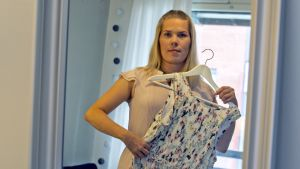 Ida Larsson sovittaa mekkoa