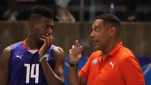 Kuuban valmentaja Niclas Ernesto Vives antaa ohjeita passari Adrian Goidelle Puola-ottelussa.