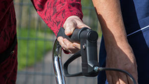 Attendon lähihoitaja ulkoiluttaa palvelukodin asiakasta