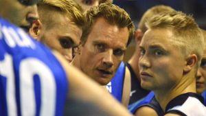 Suomen päävalmentaja Tuomas Sammelvuo (kesk.) pelaajineen lentopallon MM-kisojen avausottelussa Bulgariaa vastaan.