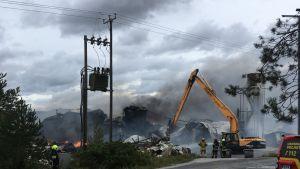 Kynttilätehtaan palosta syntyi sankka savu Halikossa.