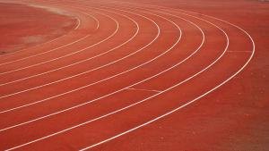 Juoksuradat urheilukentällä.