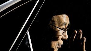 Tiibetin hengellinen johtaja Dalai Lama vilkuttaa autosta Hollannissa.