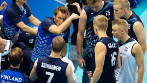 Päävalmentaja Tuomas Sammelvuo ohjeistaa Suomen maajoukkuepelaajia aikalisän aikana.